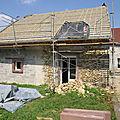 Avec le début du toit , reste encore une fenêtre mansardée