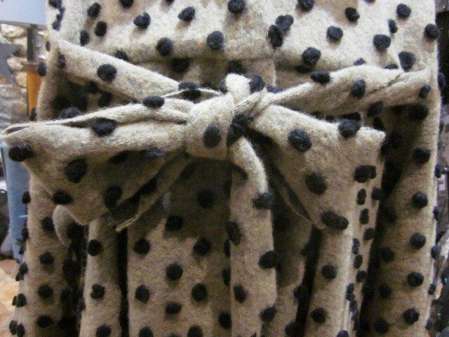 Manteau AGLAE en lainage beige à pois noirs fermé par un noeud dans le même tissu (6)