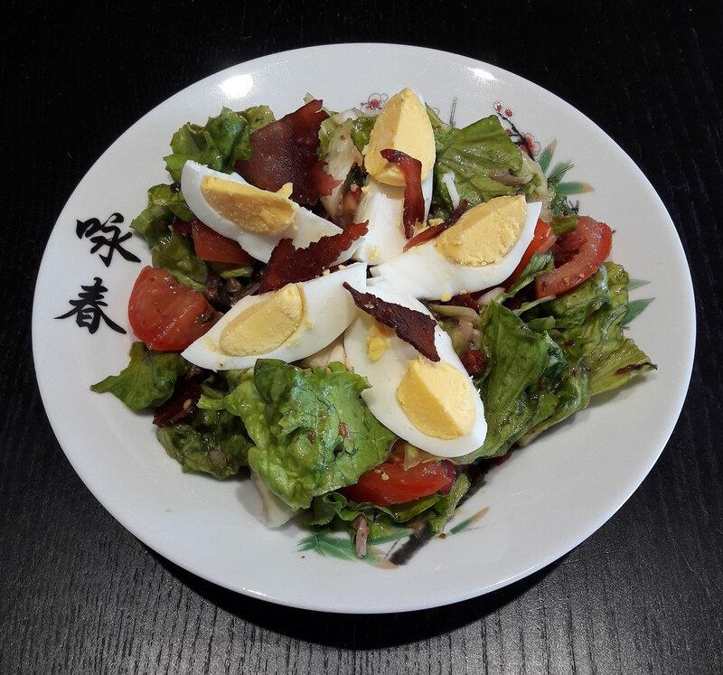 Salade composée - battavia, tomates, champignons, radis, échalote, chips de jambon et oeufs durs