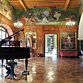 Cambo-les-Bains, Villa Arnaga, le grand hall, frise et piano (64)