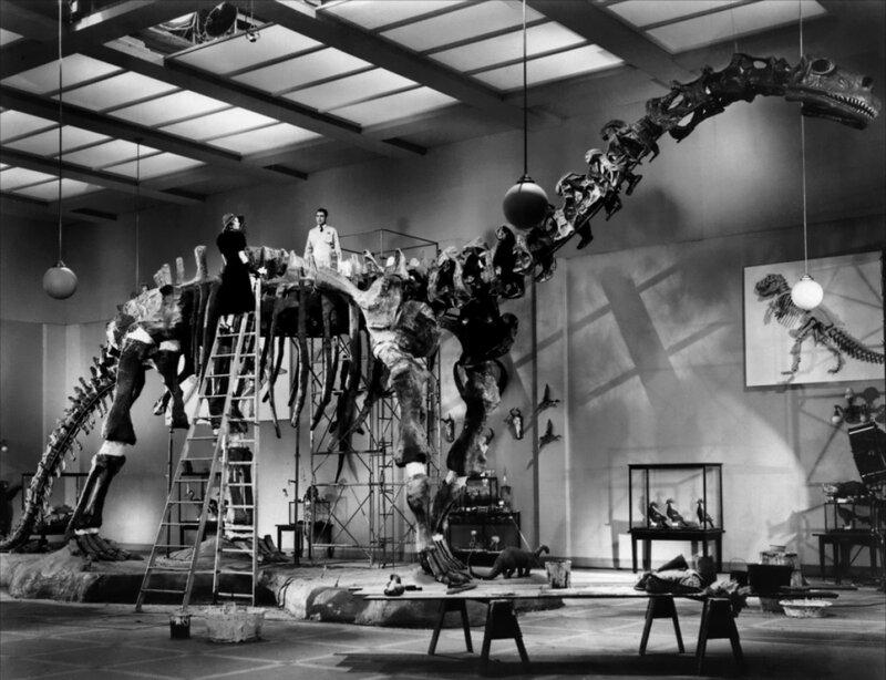 Le brontosaure, troisième animal du film, et Katharine Hepburn, perchée dans tous les sens du terme