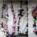 Les colliers créés en tissu et rubans colorés