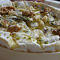 Camembert roti, miel, herbes et noix