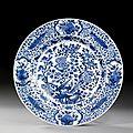 Grand plat en porcelaine bleu blanc, chine, dynastie qing, xviiième siècle