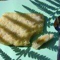 Gâteau de riz gluant à la banane et noix de coco dans sa feuille de bananier