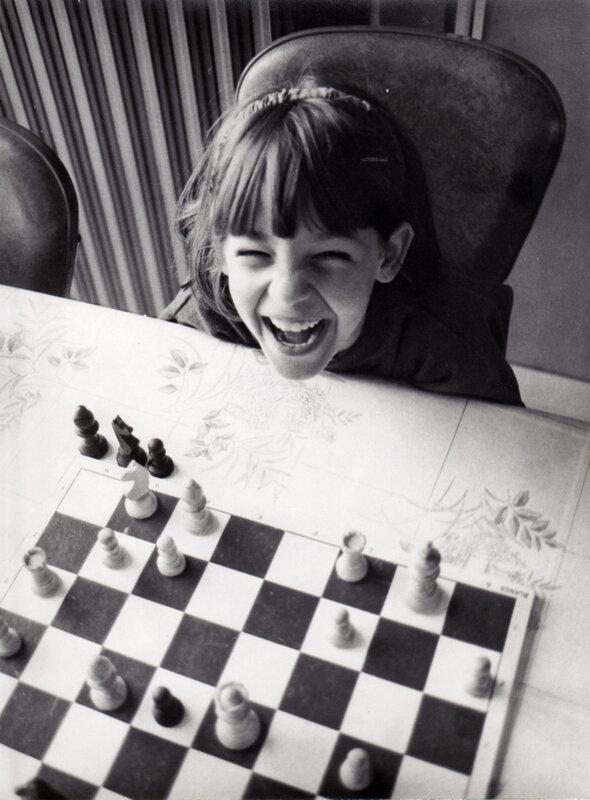 GB 3 Jeune joueuse d'échecs à Solesmes vers 1992 B