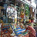 Boutique devant un temple
