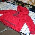 Gilet rouge en laine toute douce qui a fait une heureuse