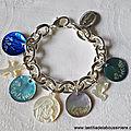 Bracelet sur chaîne plaqué argent ovale composé de 4 médailles en nacre gravées et de pendentifs en nacre