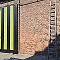 murs de ferme en brique et porte coulissante