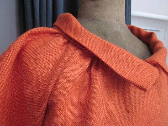 Veste BLANCHE en lin orange fermée par un bouton de nacre (8)