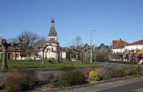 Photo-place-du-village-avec-café-et-hôtel-épicerie-plus-église