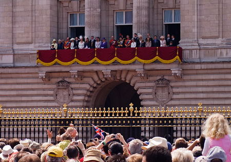 5808045_queen_and_royal_family_on_balcony_600