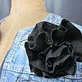 Broche fleur EVELYNE en lin noir (1)