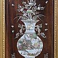 Vietnam. panneau rectangulaire en bois exotique rehaussé d'incrustations de nacre à motif de vases fleuris. ep. fin xixè