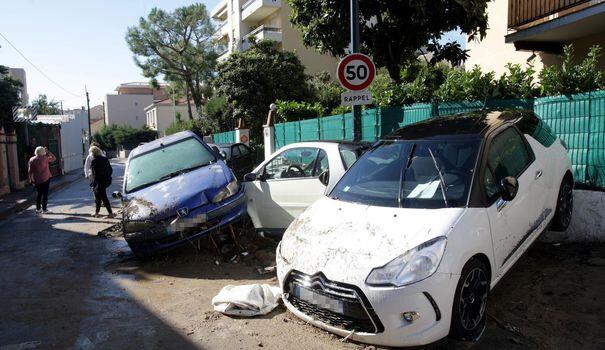 des-voitures-endommagees-pendant-les-inondations-a-cannes-le-4-octobre-2015-dans-le-sud-est-de-la-france_5436351