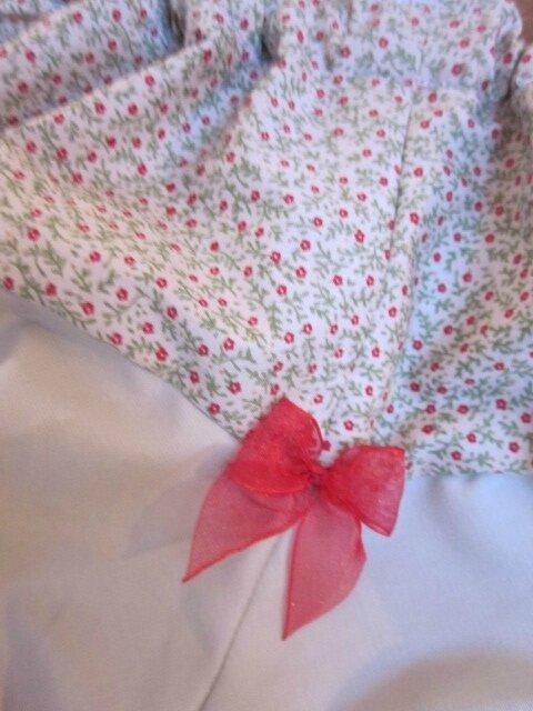 Culotte BIANCA en coton beige à fleurettes rouge - coton beige fleuri et coton uni beige dans le dos - noeud de mousseline rouge devant et sur les fesses (1)