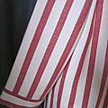 manteau d'été en lin rayé rouge et écru noué d'un lien de lin rouge (3)