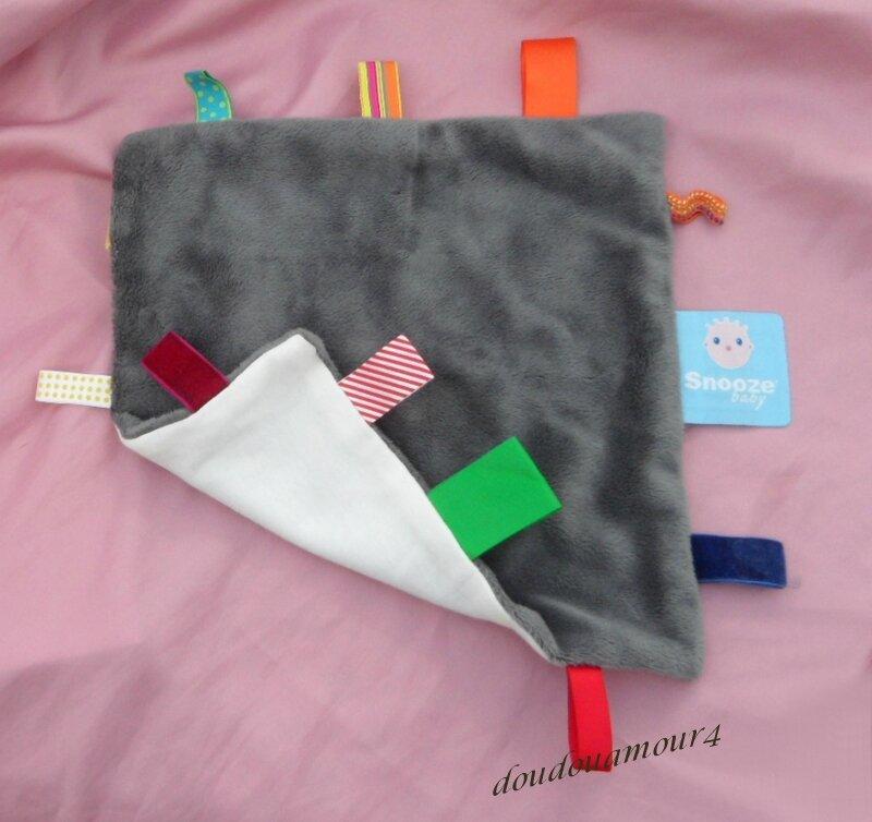 Doudou Carré Plat SNOOZE BABY Gris Etiquettes Multicolore