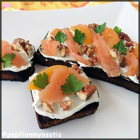 Tartines de pain d'épices au Roquefort Societé® à tartiner et saumon fumé_1