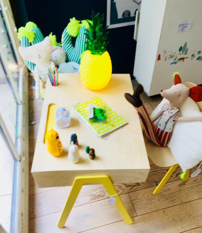 souris clown à son bureau