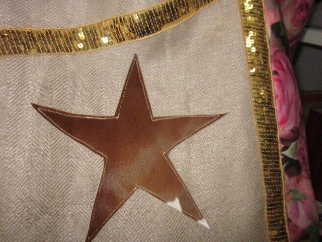 Sac cabas FELICIE n°9 en lin brut et coton enduit imprimé roses, bandes de paillettes or, étoile en cuir vache fauve, fond en simili cuir écru, sangles militaires en cuir (6)
