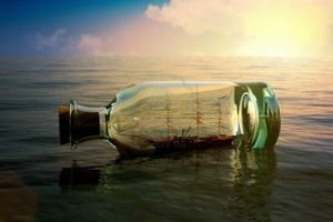10750150-bateau-dans-une-bouteille-a-la-mer-concept-de