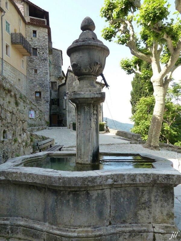 P1090115 0 fontaine classée m h inaugurée 06 07 1800 dessinée par géomètre royal GHIOTTI 1789