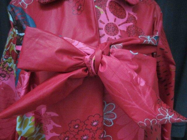 Ciré AGLAE en coton enduit rouge fleuri vert olive bleu pétrole et fushia fermé par un noeud dans le même tissu (4)