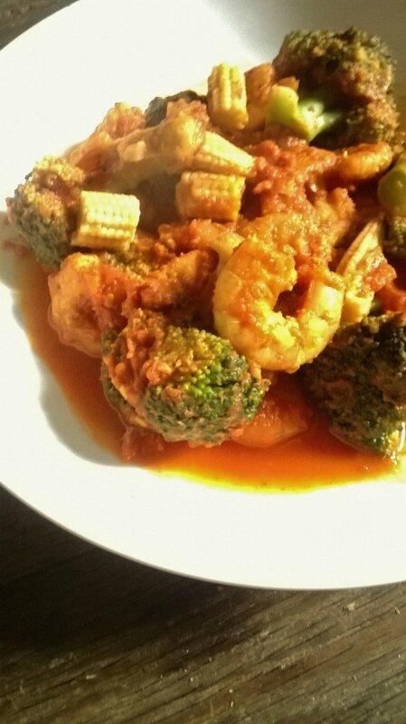 crevettes sautées au curry et brocolis et tomates