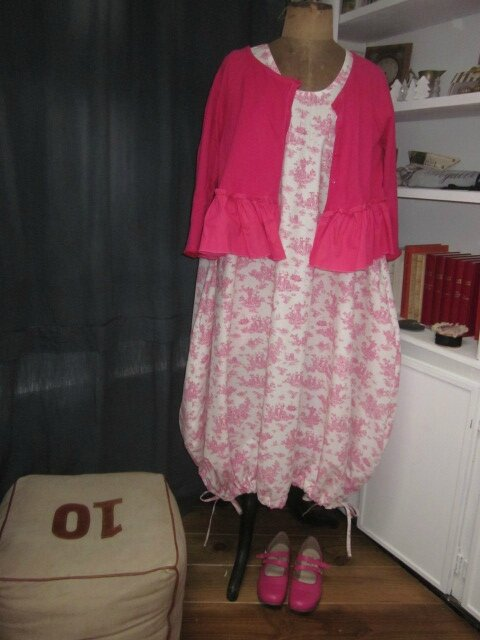 Robe HENRIETTE en coton imprimé toile de jouy rose sur fond écru (6)