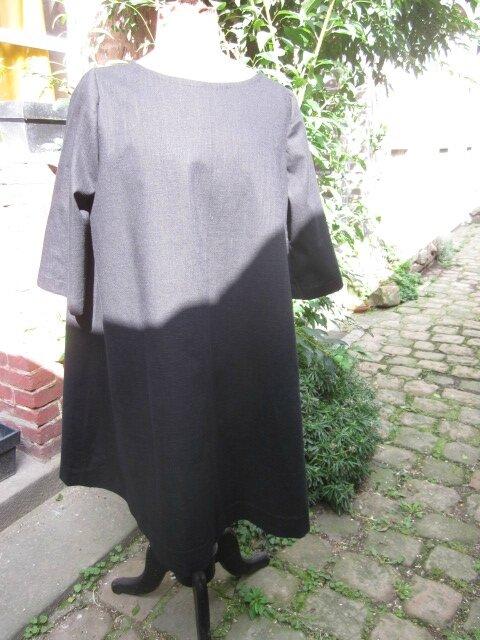 Robe ODETTE en lin noir et pli creux en lin brut imprimé (4)