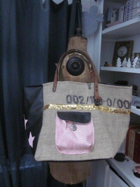Sac FELICIE n°29 à partie d'un ancien sac de café et simili cuir noir -étoile cuir rose, bande de paillettes or, poche en simili python rose - anciennes sangles militaire en cuir (4)