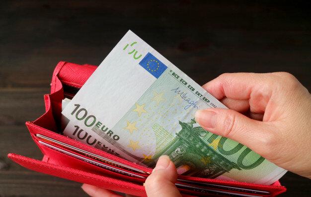 main-femme-prenant-billets-euros-dans-portefeuille-rouge_76000-2516