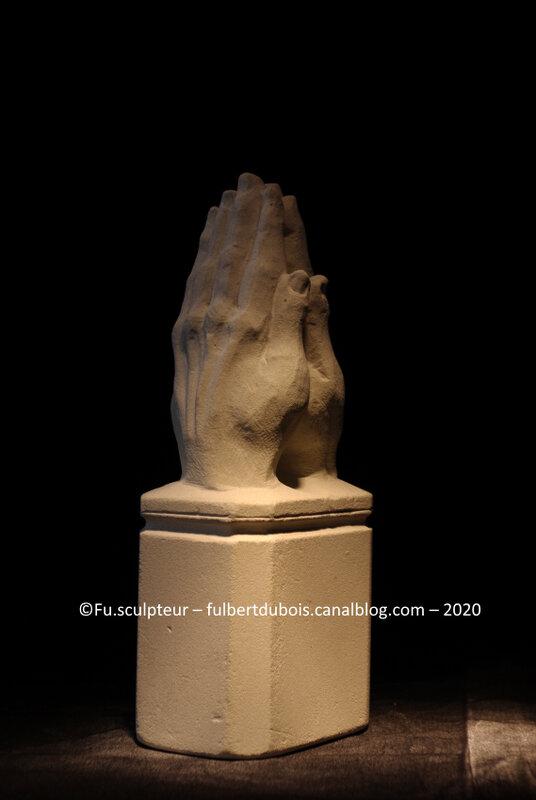 Fu sculpteur - Mains jointes - prière - tuffeau - H 20cm - taille directe