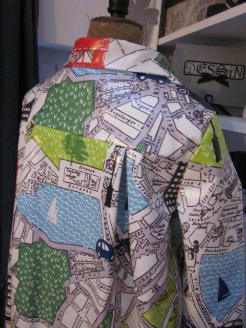 Ciré AGLAE en coton enduit imprimé bus londonnien sur fonc blanc cassé fermé par un noeud dans le même tissu (8)