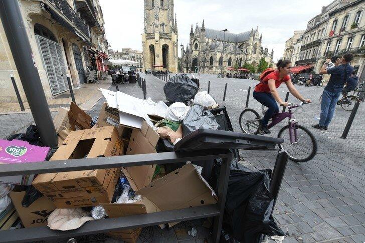 Des-detritus-amoncellent-dans-centre-ville-Bordeaux-30-juin-2016-raison-greve-eboueurs-ecorne-image-ville-elue-2015-premiere-destination-tour
