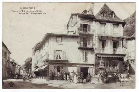 15 - VIC SUR CERE - Place de l'hotel de Ville