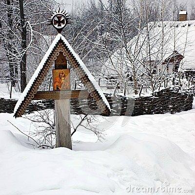 ic-ne-sur-la-croix-en-bois-sous-la-neige-32323562