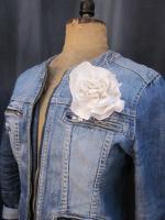 Broche fleur EVELYNE en lin blanc (3)