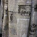 Manteau AGLAE en lin brut imprimé cartes postales anciennes en noir et blanc, fermé par un noeud de lin blanc (2)