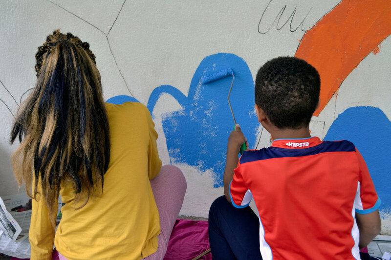 """Fresque collective réalisée par la classe de Gaelle Siegel avec la """"graveusz"""" Nina Imbs. Photo Jean-Louis Hess"""