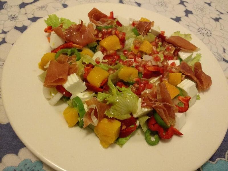 Salade de jambon serrano et fromage de chèvre à la mangue et à la grenade