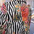 Manteau EDITH en polyester zébré imprimé fleurs et plumes de paon - Doublure de satin noir (7)
