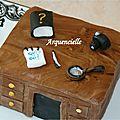 Gâteau thème détective 3D détail dessus bureau