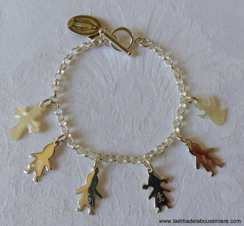 Bracelet personnalisé sur chaîne argent massif composé de 4 breloques garçons et fille en argent massif et 2 breloques en nacre