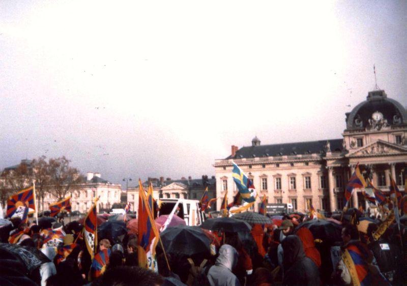 Manif du 7 avril 2008, arrivée au Mur de la Paix sous la pluie