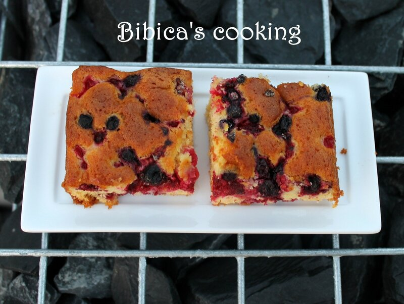 Blondies aux fruits rouges coupe haut