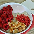 Porridge vanille, fruits rouges et chips de noix de coco