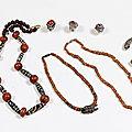Lot composé d'un enfilage de 11 perles de corail et 10 styles gzi, tibet
